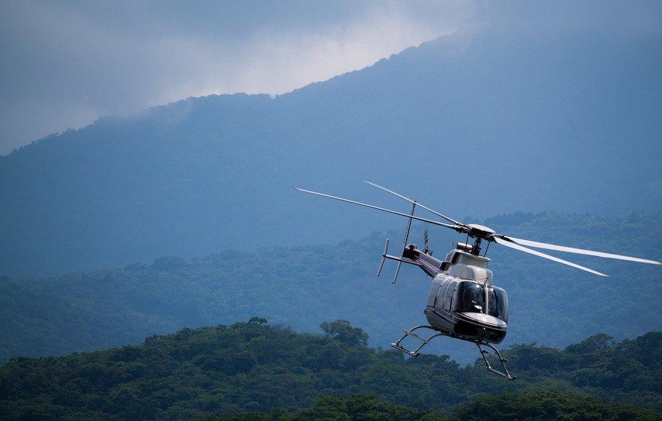 Hubschrauber über Wald